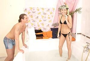 Teenage girlfriend enjoying a big har cock in a bathtub